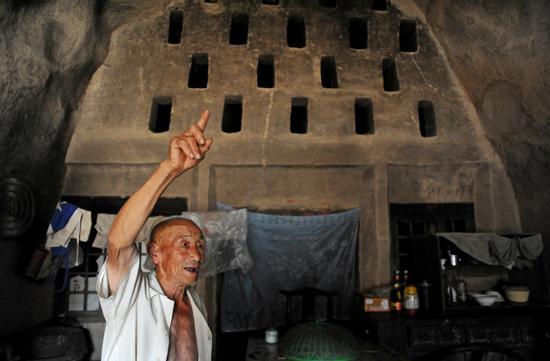 2016年8月21日,山西运城,84岁老人独自撑起沉重家庭。年久失修的窑洞显得十分破旧。/视觉中国