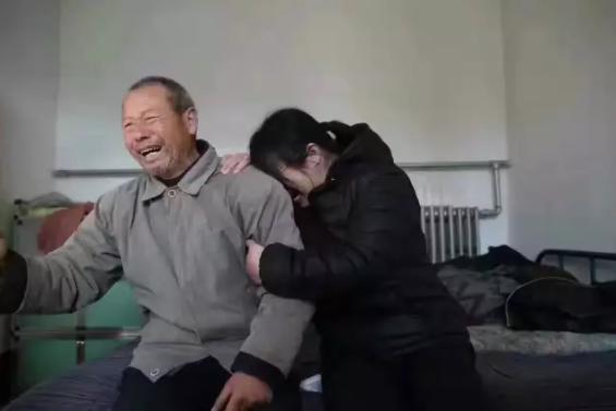 知道消息后,聂树斌父亲和聂树慧在镜头前流下了眼泪。(图片来源 澎湃记者谢匡时)