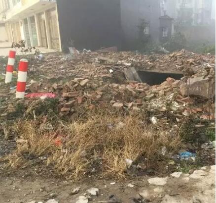 父亲一手盖起来的老宅,紧靠路边,如今已是一片废墟。张兵 图