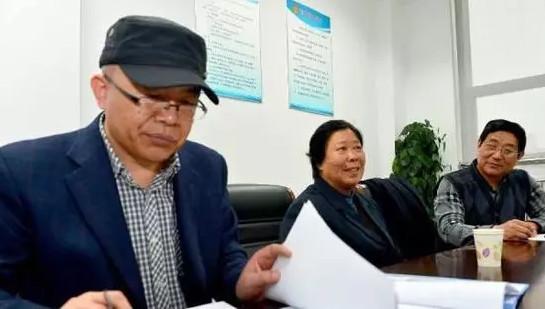 2015年3月17日,在山东省高级人民法院,聂树斌案件代理律师李树亭(左)在查阅相关材料。