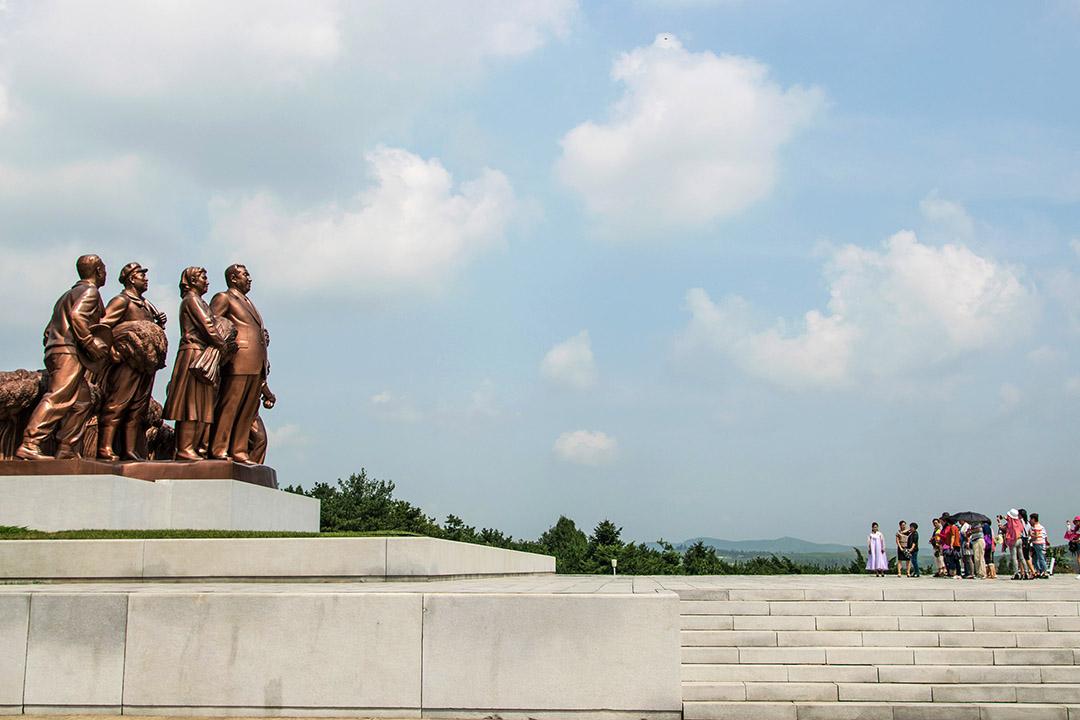 """端传媒   """"我们最幸福""""遇上""""我们更幸福"""":中国游客在平壤"""