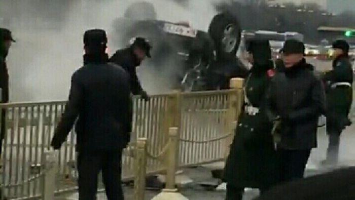 博谈网 | 天安门离奇车祸 白色车牌引民议论 (现场视频)