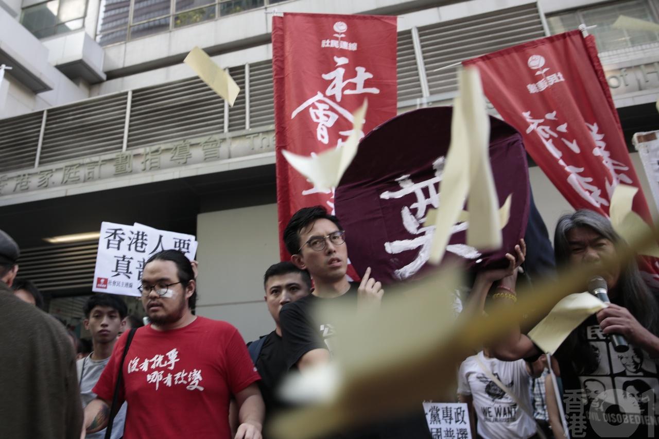香港01|社民连众志示威受阻遭追打 长毛黄之锋等被警带走