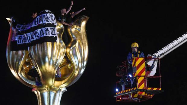自由亚洲|社运人士爬上金紫荆雕像要求释放刘晓波