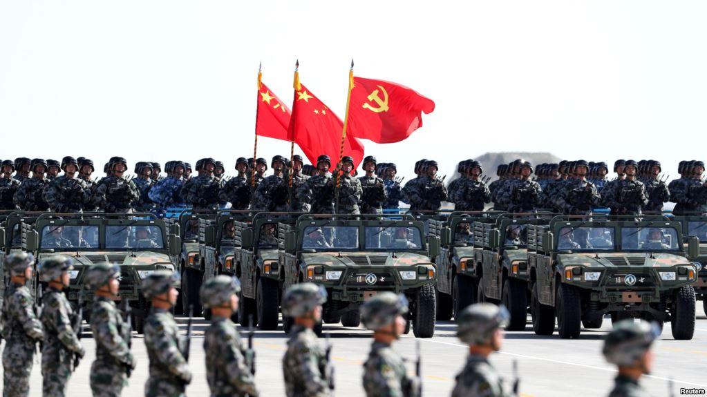美国之音 | 中国阅兵中党旗先于国旗 网民批违反国旗法