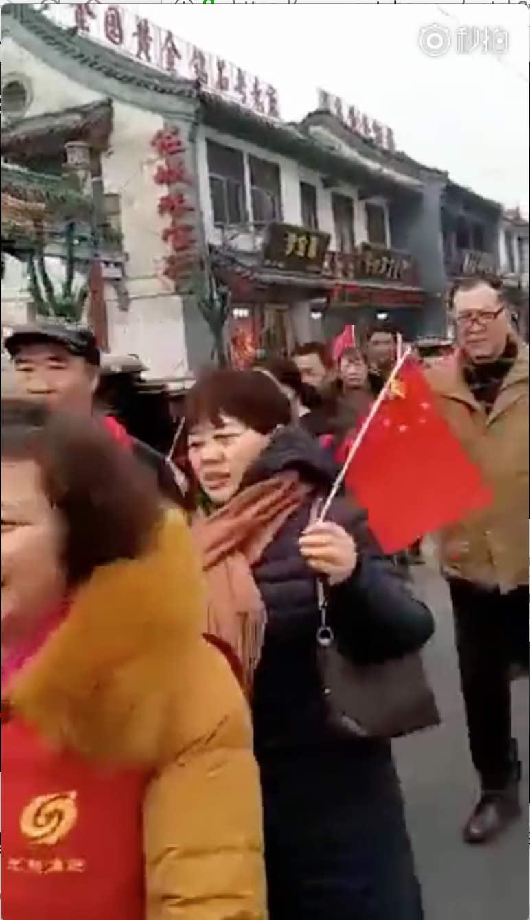 """【CDTV】某地组织中老年人游行 """"抵制圣诞节"""""""