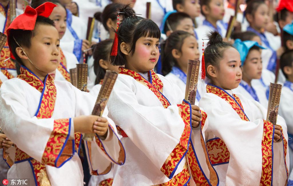 【异闻观止】维吾尔族小学生穿起汉服开启诵读国学模式