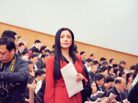 【麻辣总局】红衣女记者的成长之路