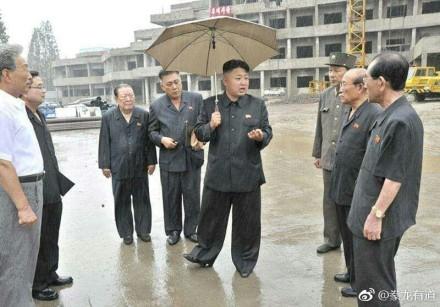 【网络民议】酷似朝鲜干部服装和囚服   新款法官制服遭吐槽