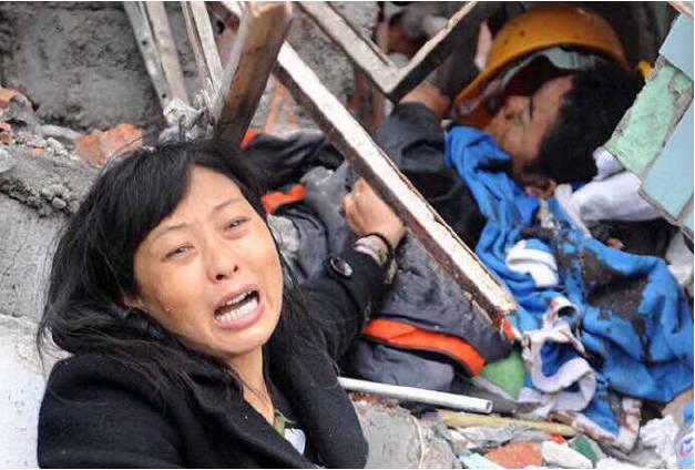 左手墨迹:灾难日变成感恩日,是谁在羞辱废墟中的幸存者?!
