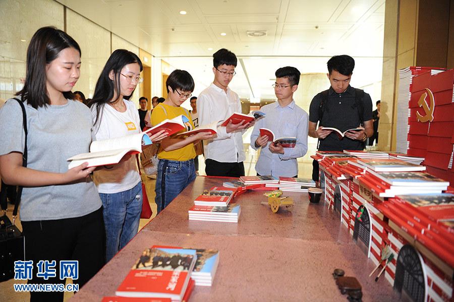 【CDTV】面对采访 香港小学生谈观点 大陆小学生讲官话