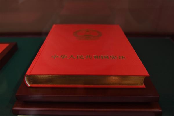 """【立此存照】国博展出习近平今年宣誓抚按的宪法等""""重要展品"""""""