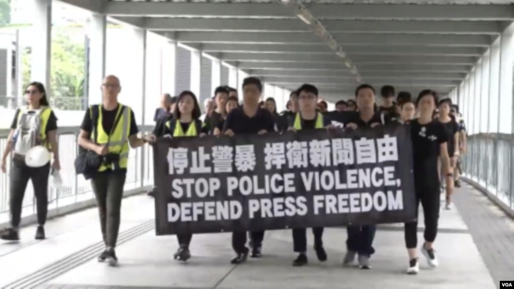 美国之音 | 逾千记者参与静默游行捍卫新闻自由要求停止警暴