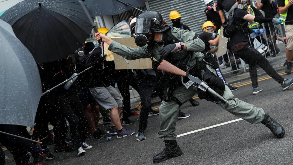 法广 |警察元朗地铁站喷椒雾挥棍围捕示威者
