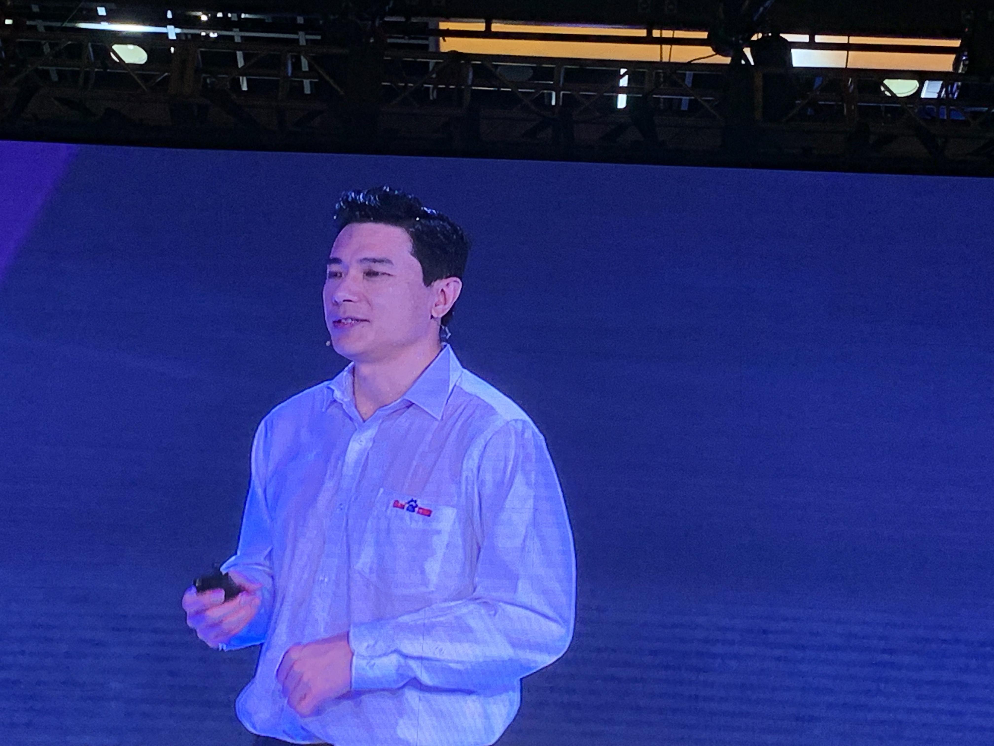 凤凰科技 | 百度AI开发者大会 李彦宏遭现场泼水