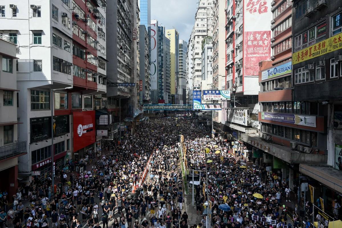 立场新闻 | 手机存游行照港人称穿黑衣入境深圳时被公安扣查