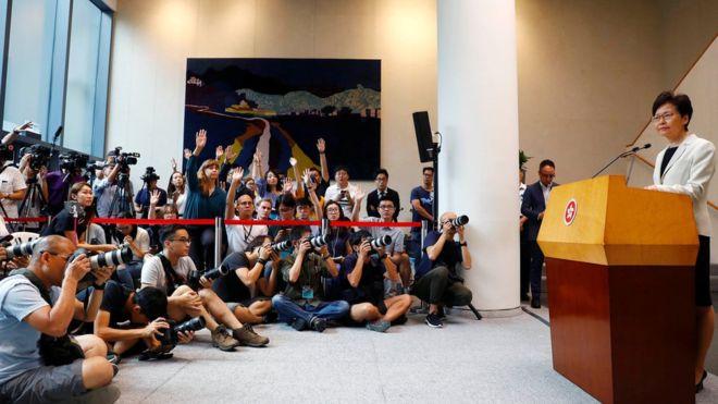 BBC | 香港抗议:暴力升级之际林郑月娥坚拒接受示威诉求