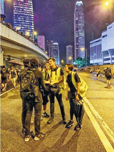 明报   星期日现场:法式诧异——太天真太美丽,你们香港人!