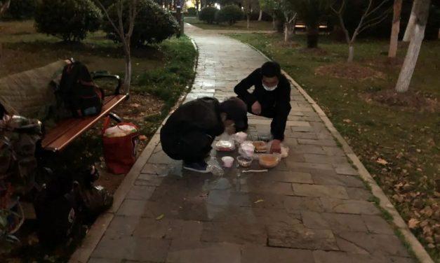南风窗 | 我在武汉街头入睡,请别对着我的被子浇水