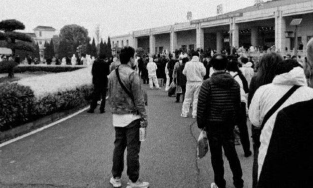 直面传媒 | 今天,汉口殡仪馆排了很长的队伍:没有哭声,也没有哀乐!