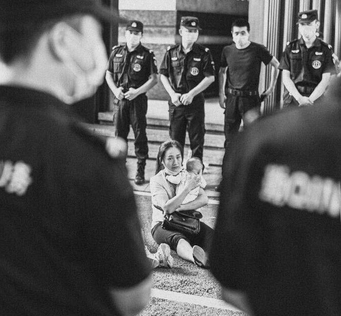 【图说天朝】豆瓣 | 因为拍下了一个女人的维权现场,我被审问了半个小时
