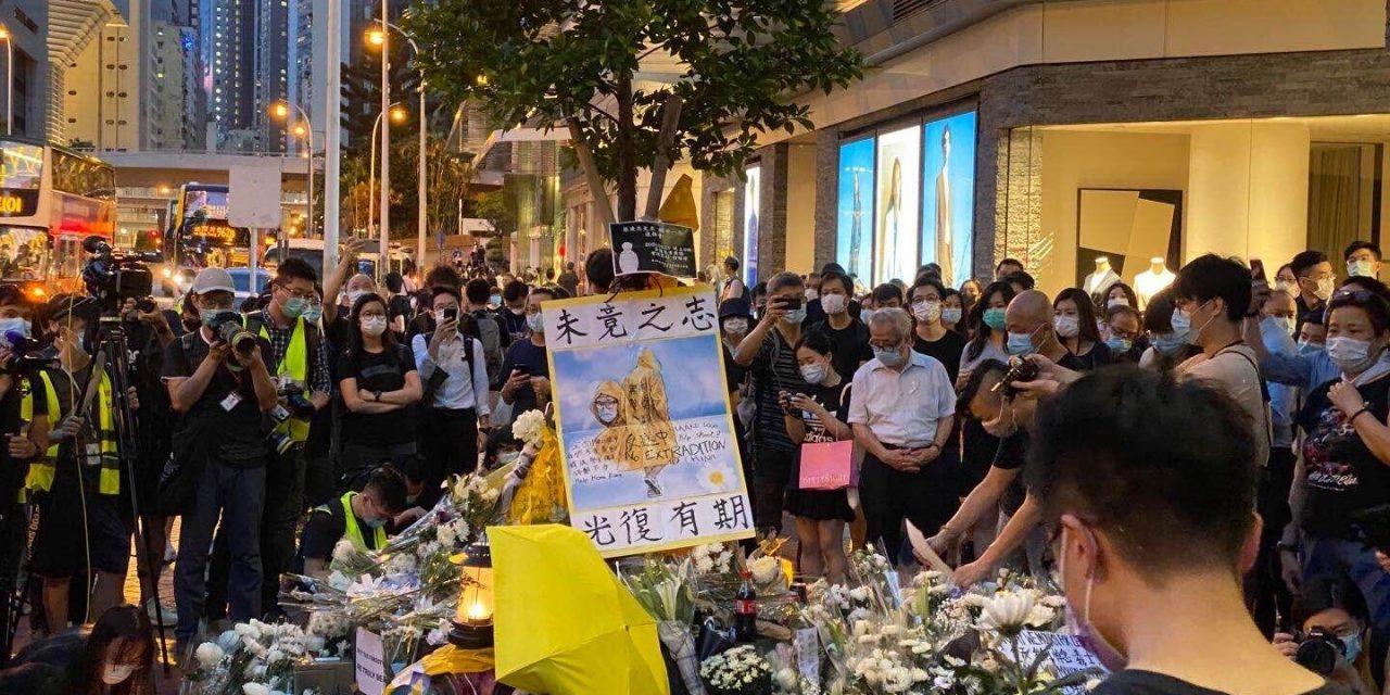 立场 | 梁凌杰逝世一年,市民多区悼念,太古广场外逾万人排队献花