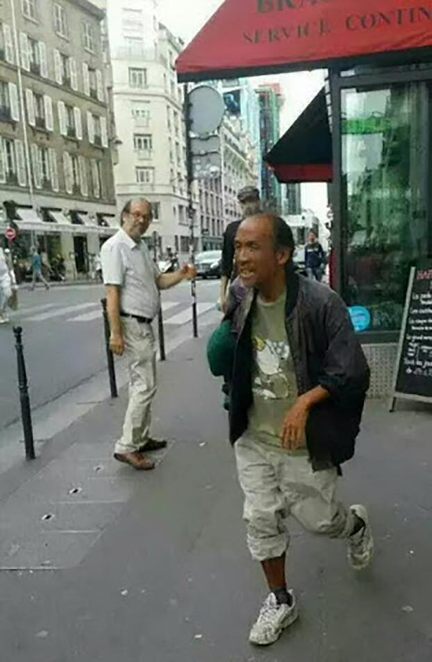 2015年街头流浪的老木(前右为老木,左后为法国汉学家潘鸣啸,王龙蒙拍摄)