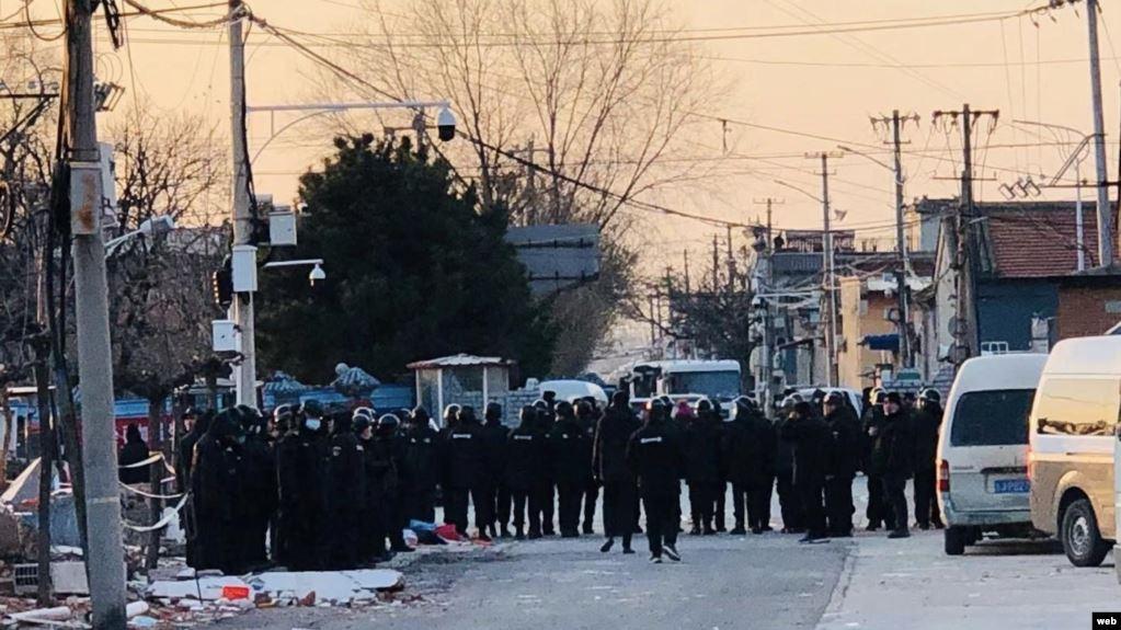 遭强拆的北京昌平香堂文化新村小区路口被防暴黑衣人封锁。(网络图片)