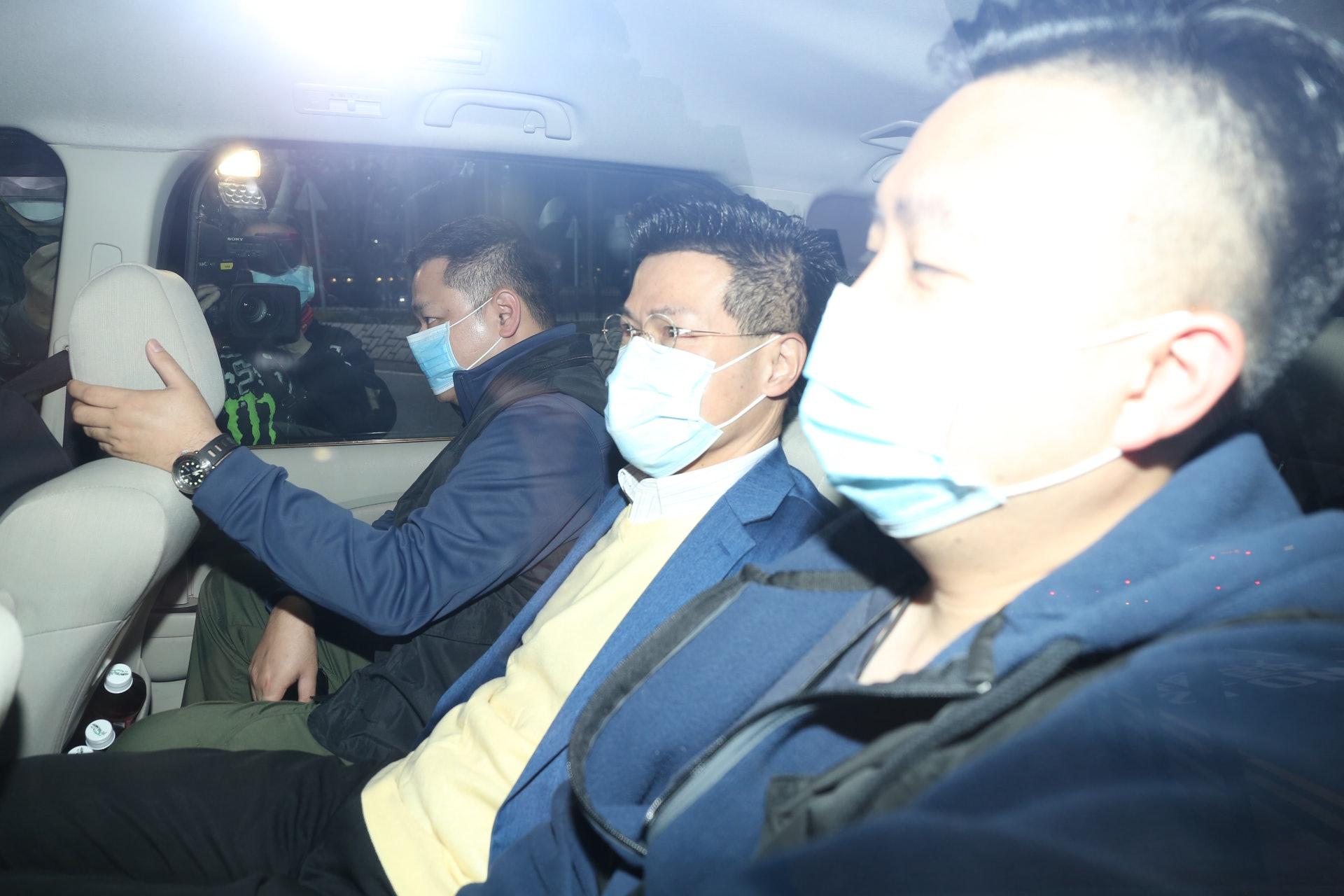 其中今早7時許,范國威被探員鎖上手銬,登上警方車輛進入將軍澳警署。(張家豪攝)