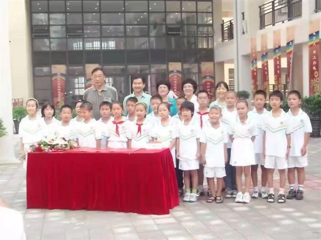 2009年,第一届青云班在芳草地小学万和城校区的开学典礼。
