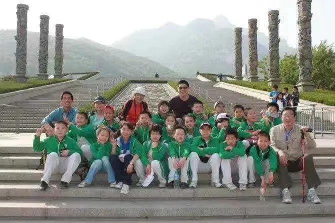 青云班的学生们在泰山。右一为赵大恒。第三排左一为班主任张艳杰。
