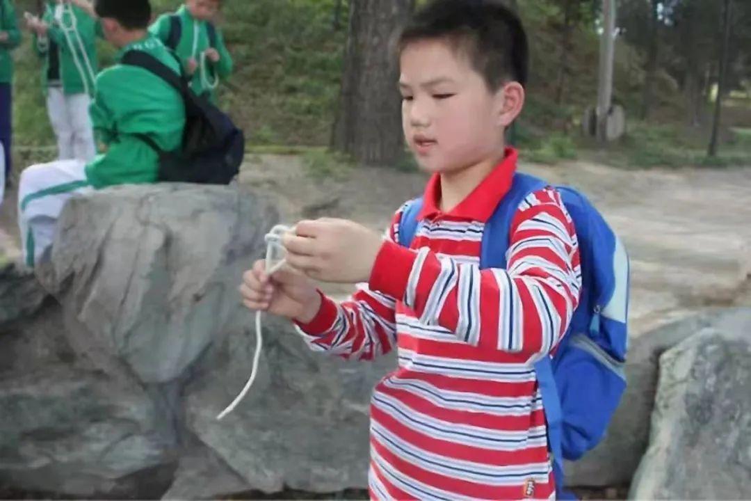 小学时期的徐博,在自然体育课上。