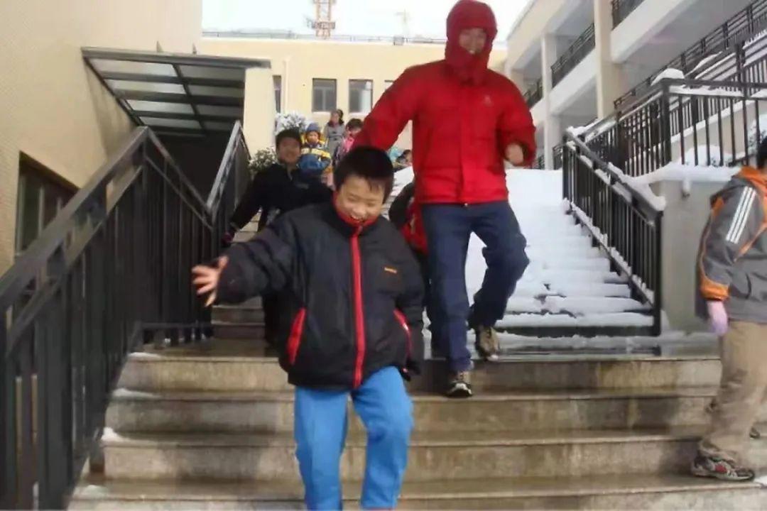 小学时期的一个下雪天,张艳杰带着青云班的同学出门玩雪。