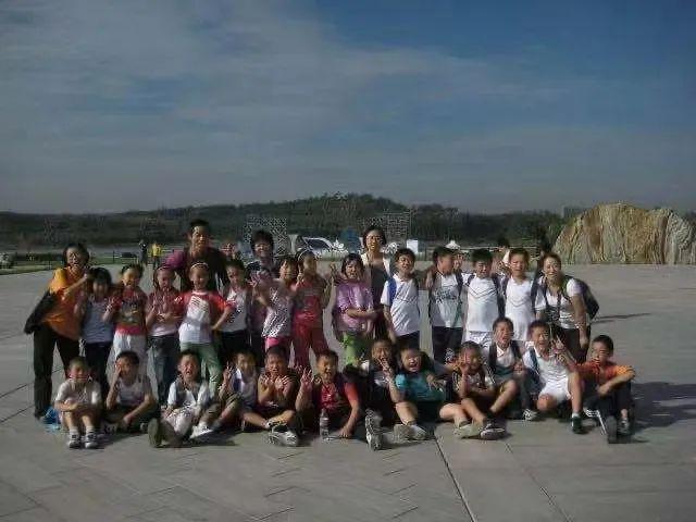 临近小学毕业时,老师们带着孩子们去爬了泰山。