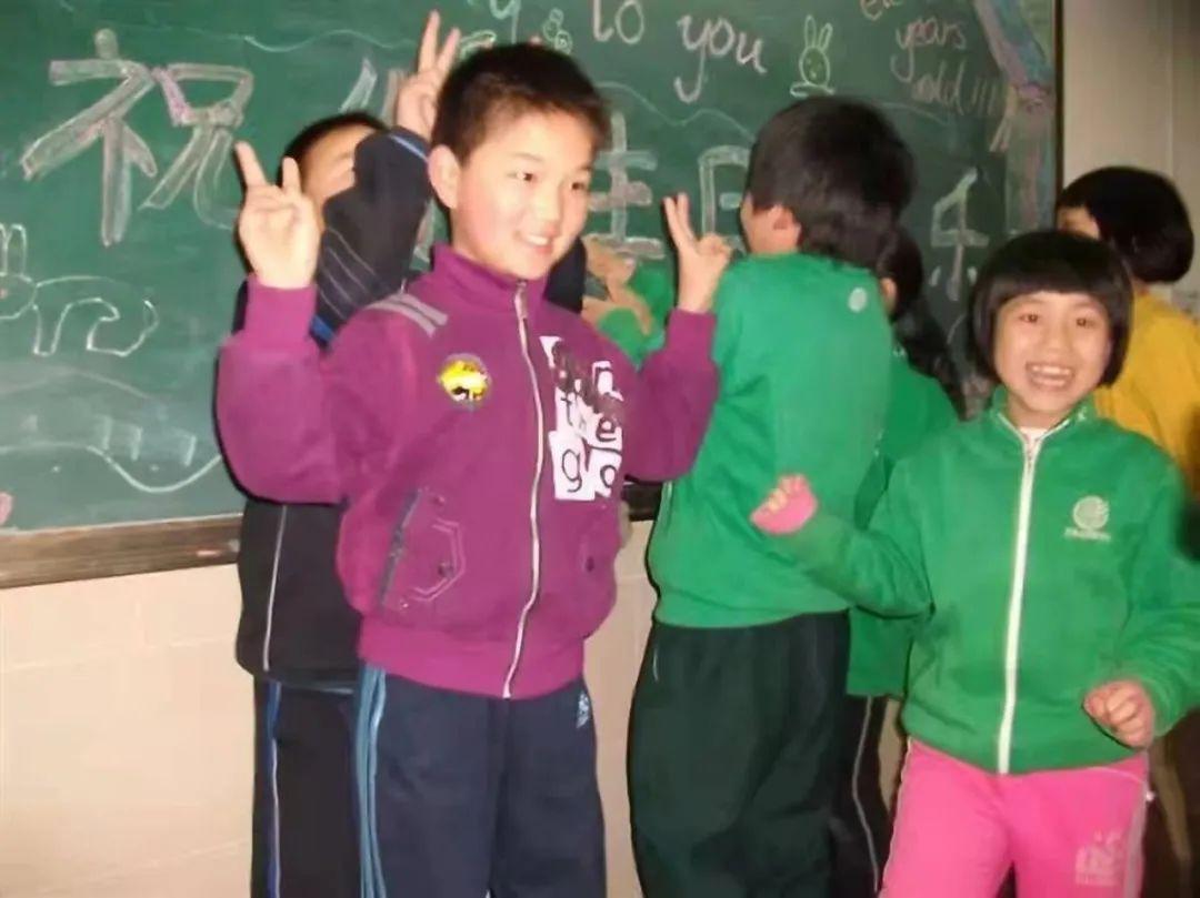 小学时,全班一起庆祝徐博的生日。面对镜头的就是徐博和李小溪。