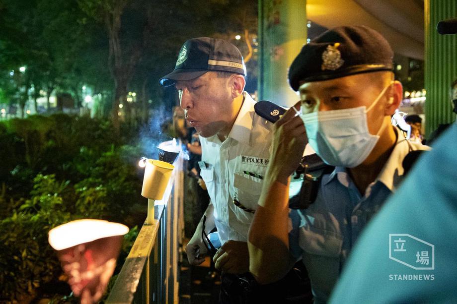【图说天朝】吹灭维园外烛光的香港警察