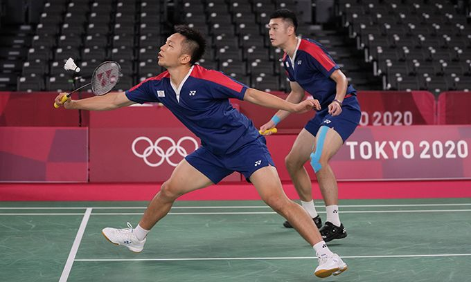 夺得东京奥运羽毛球男子双打金牌的李洋(左)与王齐麟(美联社)