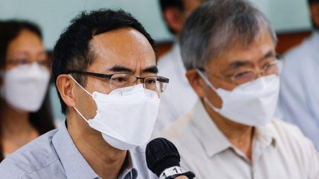 香港教协会长冯伟华(左)在宣布解散教协的新闻发布会上(10/8/2021)