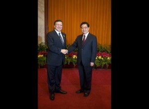 Jose Barroso and Hu Jintao shake hands before the 2008 ASEM summit
