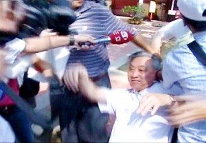 Association for Relations Across the Taiwan Strait Vice Chairman Zhang Mingqing loses his glasses and falls as he is jostled during a scuffle with pro-Taiwan protesters during a visit to the Confucius Temple in Tainan yesterday.