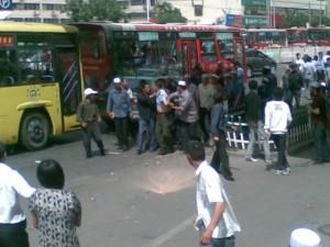 lanzhou-chengguan-beaten-in-public-crying-on-his-knees-04-560x420