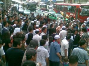 lanzhou-chengguan-beaten-in-public-crying-on-his-knees-07-560x420