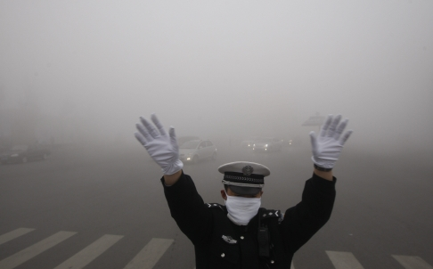 Heavy Smog Closes Roads, Airport in Northeast China