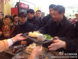 Xi Jinping waits in line at the Qingfeng Steamed Bun Shop in December of 2013. (Image via @四海微传播/Weibo)