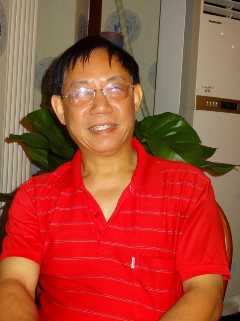 Image 2: Teacher Hu Shigen at a dinner party.