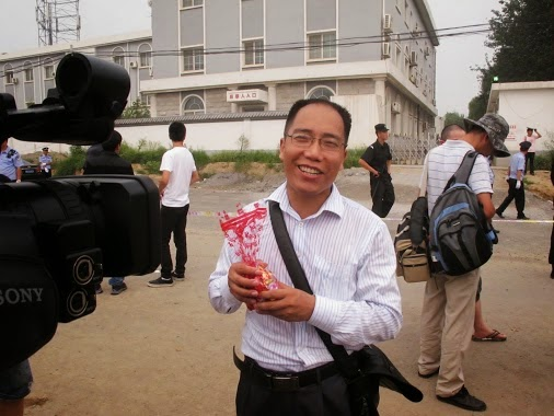 Image 3: Zhao Changqing among the crowd outside Wang Lihong's first trial, August 12, 2011.