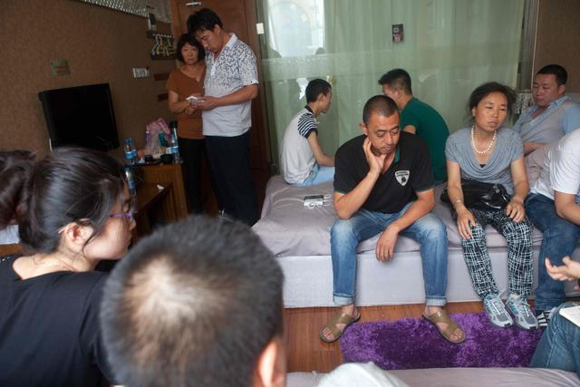 After finding out that Yang Weiguang was missing, 17 friends and relatives rushed over to track him down, cramming into a guest room to wait for information.