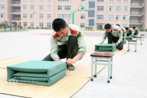 Armed police officers fold blankets. (Source: tp.chinamil.com.cn)